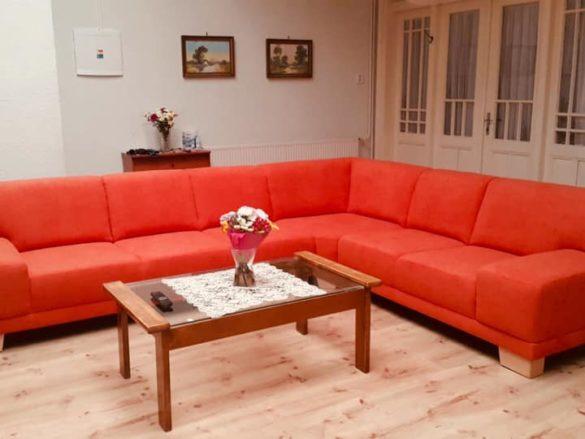 Červená sedacia súprava ako stredobod obývačky